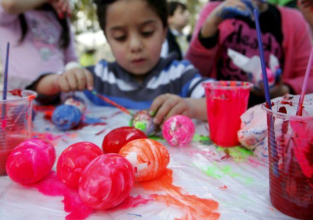 Chłopiec maluje jajka, Sydon (Liban), 4 kwietnia 2015