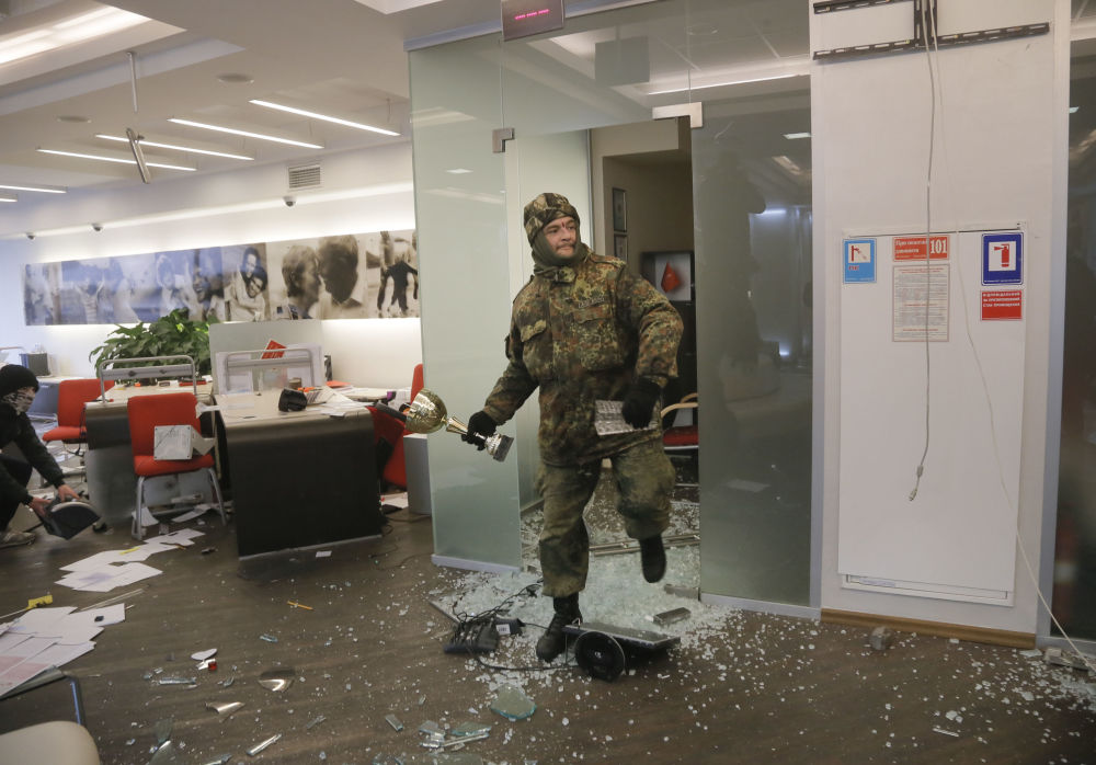 Ukraińscy nacjonaliści dewastują jeden z rosyjskich banków w Kijowie