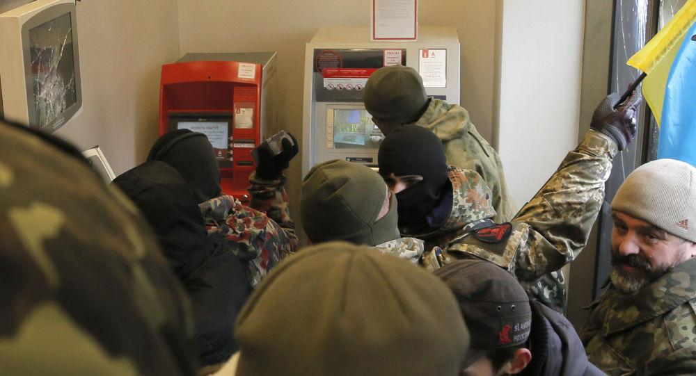 Ukraińscy nacjonaliści z batalionu OUN dewastują należący do oligarchy Rinata Achmetowa Alfa Bank