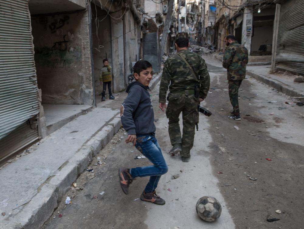 Żołnierze syryjskiej armii w mieszkalnej dzielnicy w Aleppo