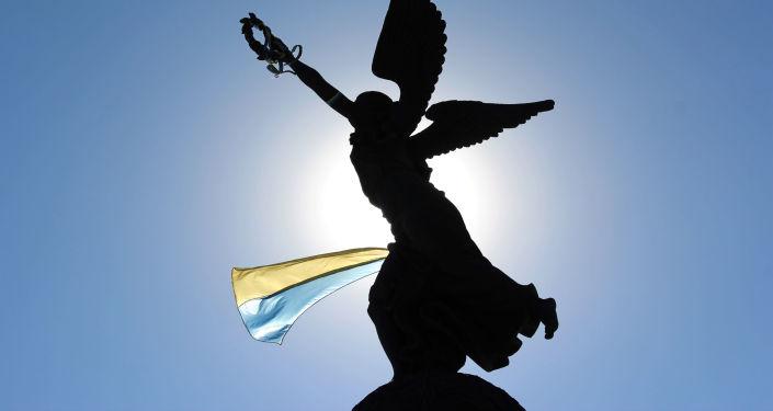Ukraińska flaga na pomniku w Charkowie