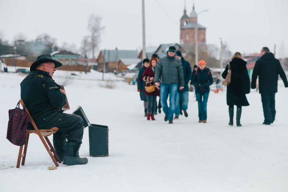 Muzyk na ulicy w Suzdalu