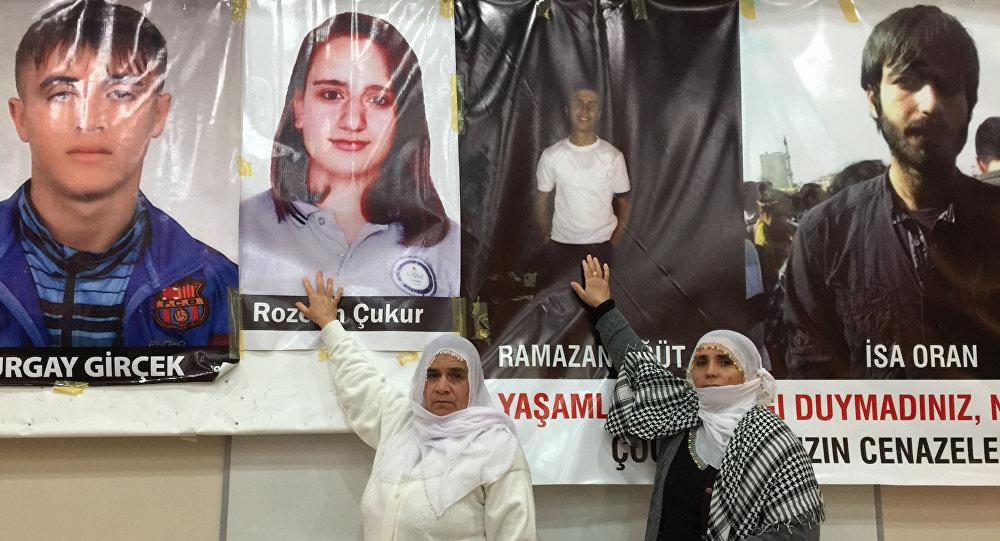 Kurdyjskie kobiety z Diyarbakır wskazują na zdjęcia swoich bliskich, którzy zginęli w starciach z policją w Sur