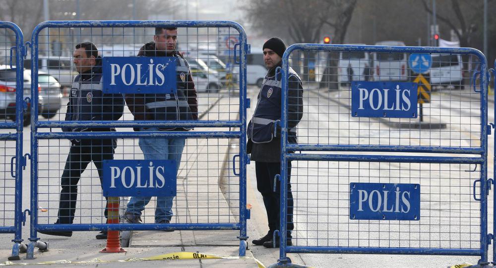 Turecka policja przy ogrodzeniu