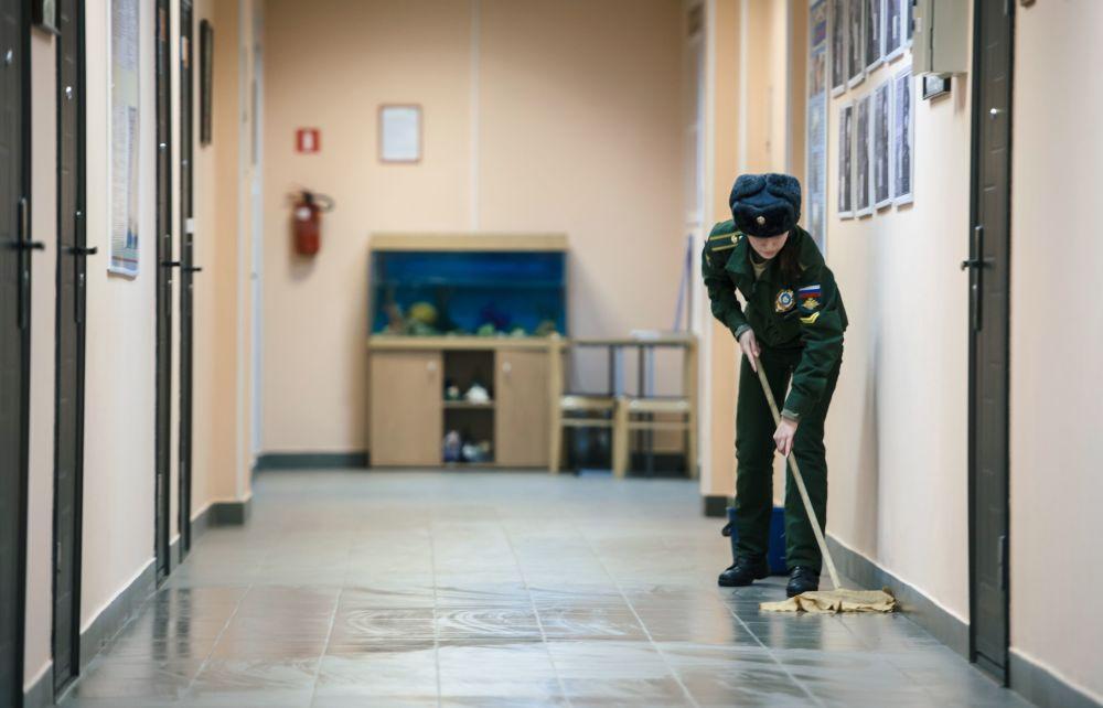 Kursantka Wojskowej Akademii Kosmicznej im. A.F. Możajskiego myje podłogę