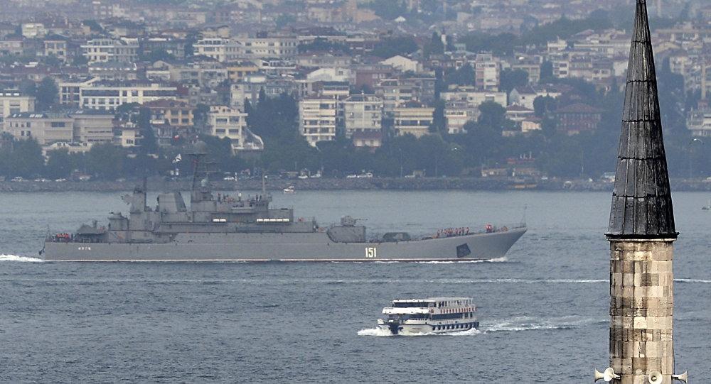 Rosyjski okręt płynie przez Bosfor