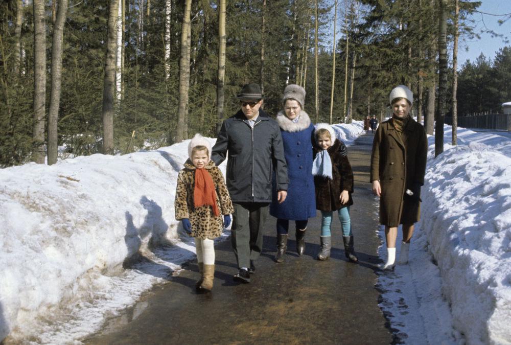 Lotnik Kosmonauta ZSRR, Bohater Związku Radzieckiego Jurij Gagarin z rodziną - żoną Walentyną i córkami Eleną i Galiną na spacerze