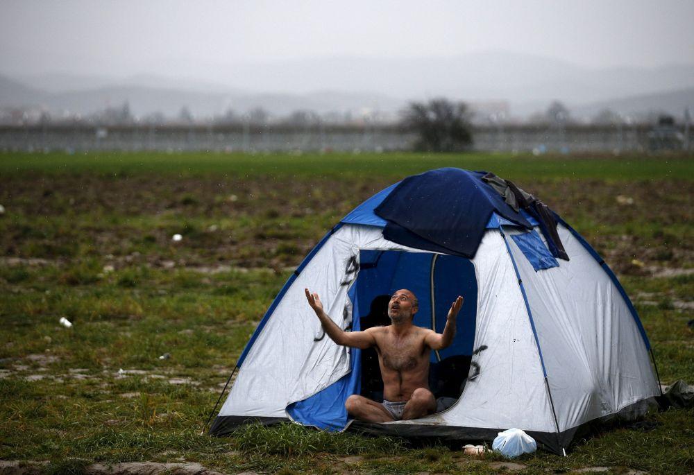 Uchodźca w obozie na granicy grecko-macedońskiej