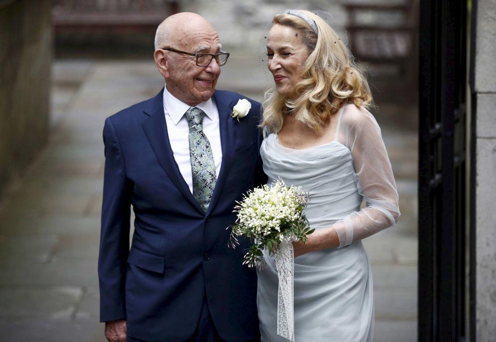 Magnat medialny Rupert Murdoch i była modelka Jerry Hall podczas ślubu w Londynie.