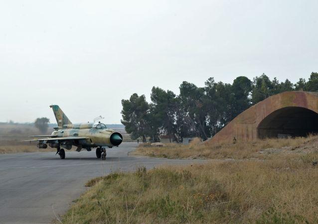 Samolot MiG-21 syryjskich sił powietrznych w bazie lotniczej Hama