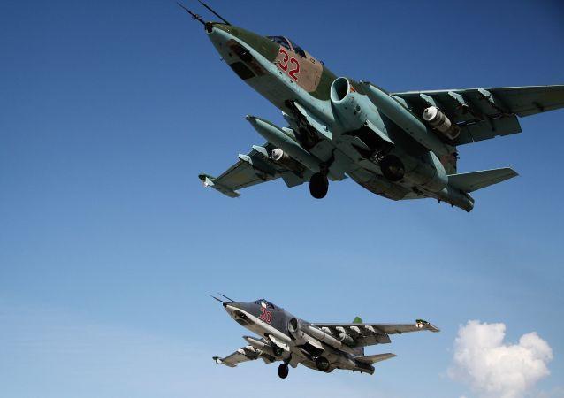 Rosyjskie samoloty szturmowe Su-25 startują z bazy lotniczej Hmeimim w Syrii