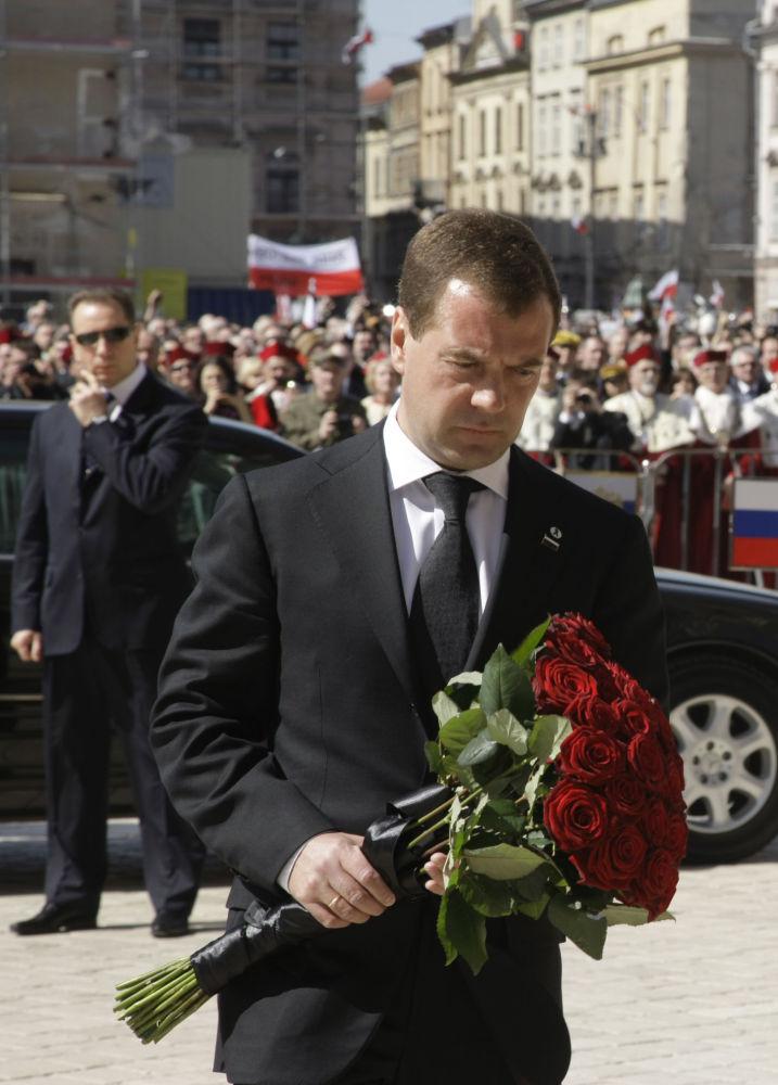 Prezydent Rosji Dmitrij Miedwiediew uczcił pamięć Lecha i Marii Kaczyńskich w Krakowie, 18 kwietnia 2010 r.