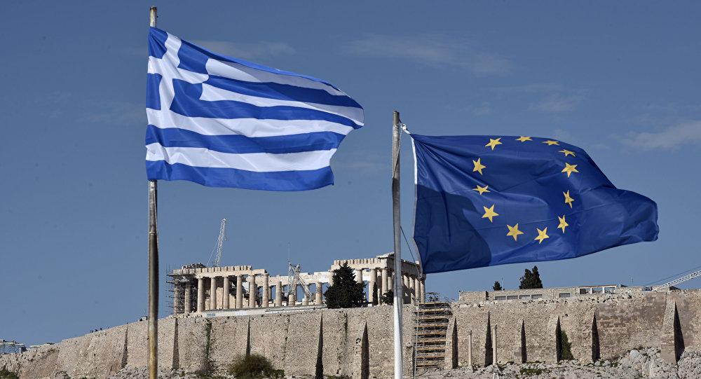 Flagi Grecji i UE przed Akropolem w Atenach