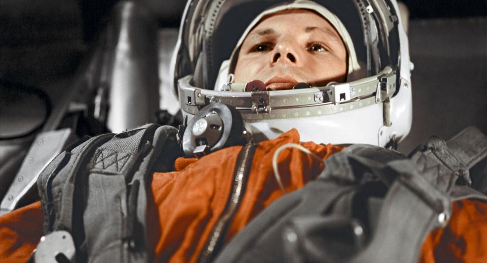 Pilot-kosmonauta Jurij Gagarin w kabinie statku kosmicznego Wostok