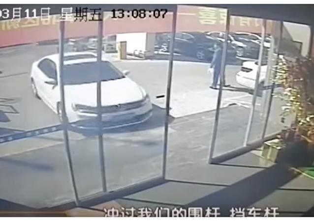 Niezadowolony z jakości samochodu Chińczyk staranował salon samochodowy