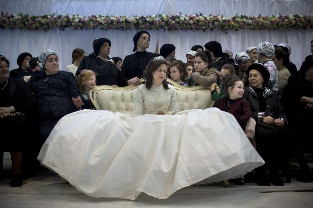Narzeczona na tradycyjnym żydowskim ślubie