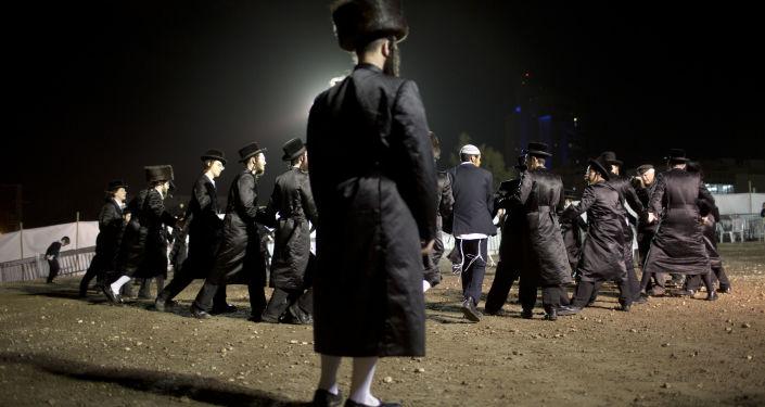 Męskie tańce na tradycyjnym żydowskim ślubie w Netanji