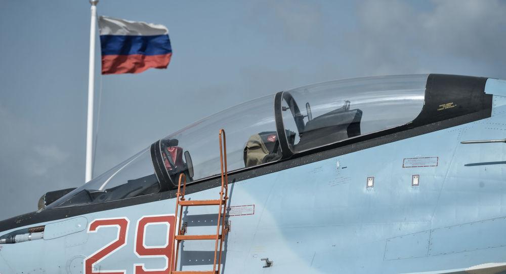 Myśliwiec Sił Powietrznych Rosji Su-30SM w bazie lotniczej Hmeimim w Syrii