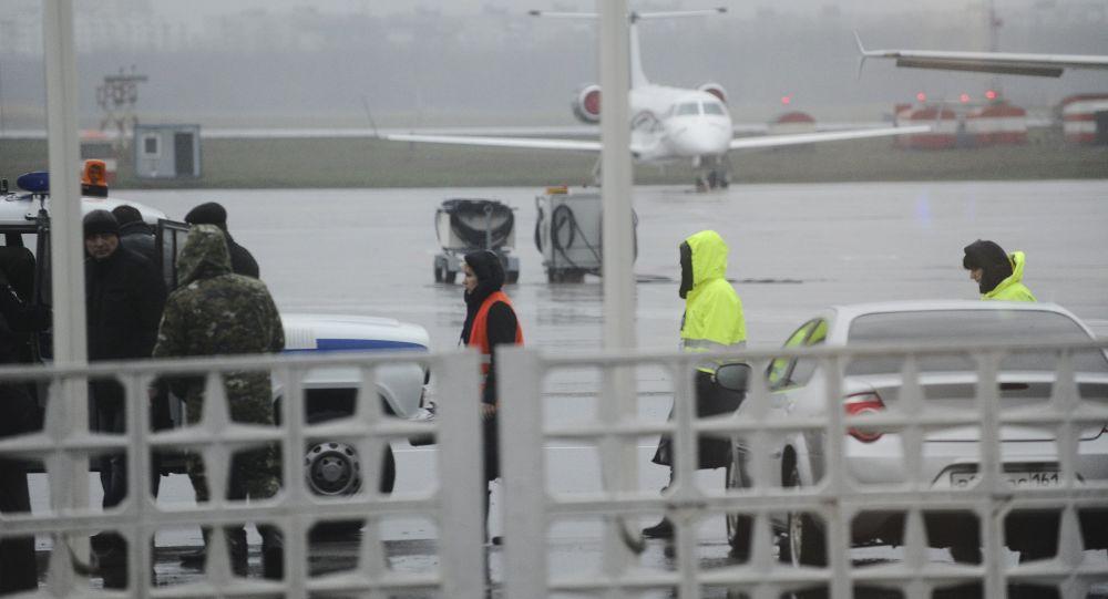 Członkowie grupy operacyjnej na lotnisku w Rostowie nad Donem, gdzie podczas lądowania rozbił się Boeing-737-800