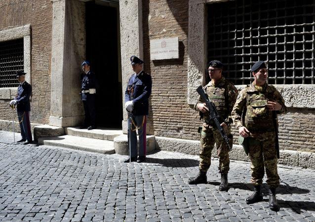 Policjanci i żołnierze przed bramą prokuratury Rzymu