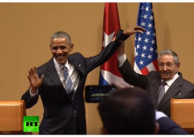 Raul Castro nie pozwolił Barackowi Obamie poklepać się po ramieniu