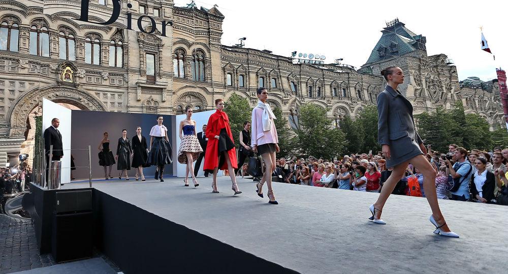 Pokaz Dior na Placu Czerwonym przy Domu Handlowym GUM