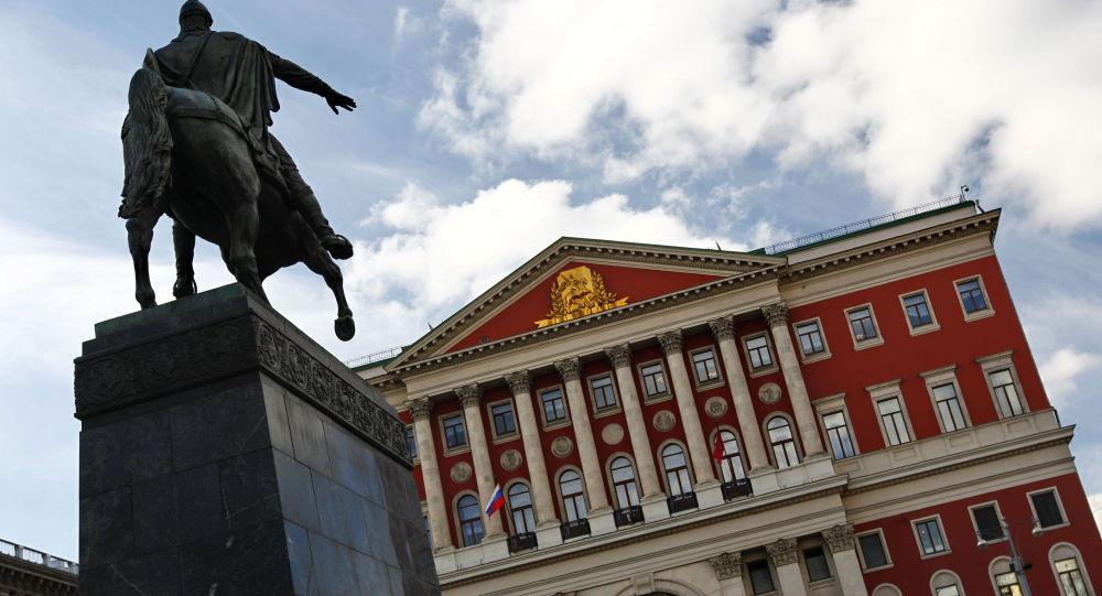 Budynek merii oraz pomnik Jurija Dołgorukiego (założyciela Moskwy) przy ulicy Twierskiej w Moskwie