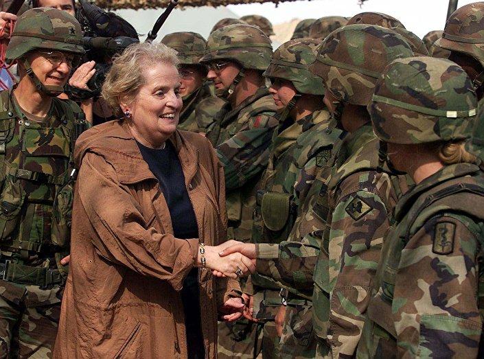 Madeleine Albright w amerykańskiej bazie Bondsteel