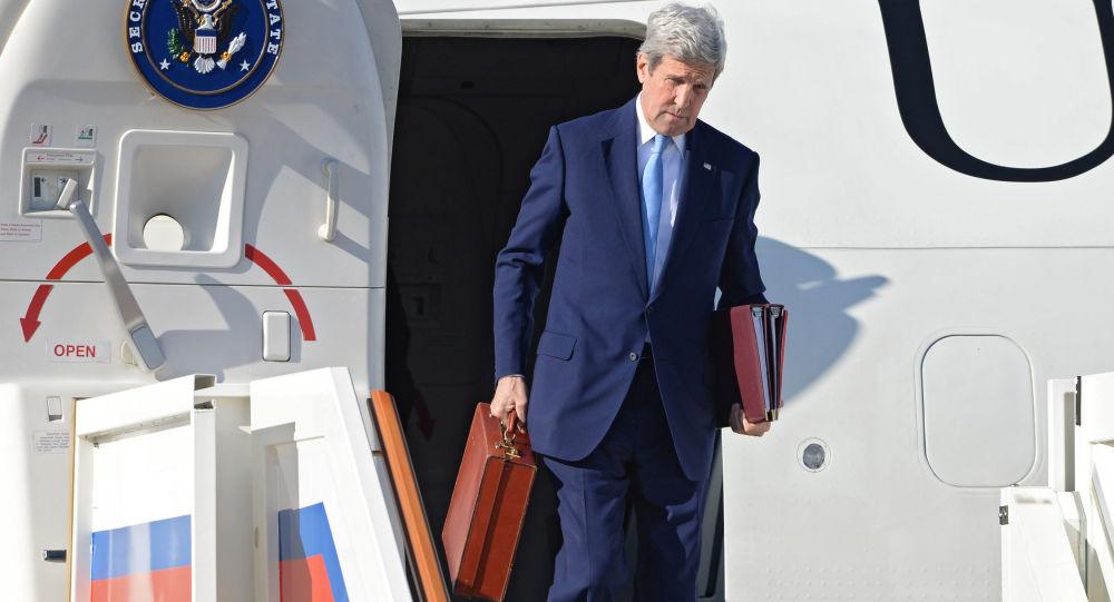 Sekretarz stanu USA John Kerry na lotnisku Wnukowo-2 w Moskwie