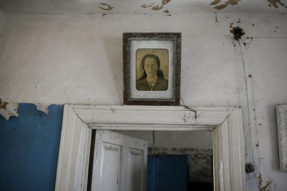 Portret na ścianie opuszczonego domu w mieście Prypieć