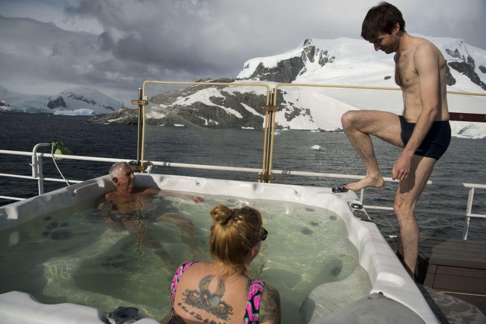 Turyści podczas kąpieli na Antarktydzie