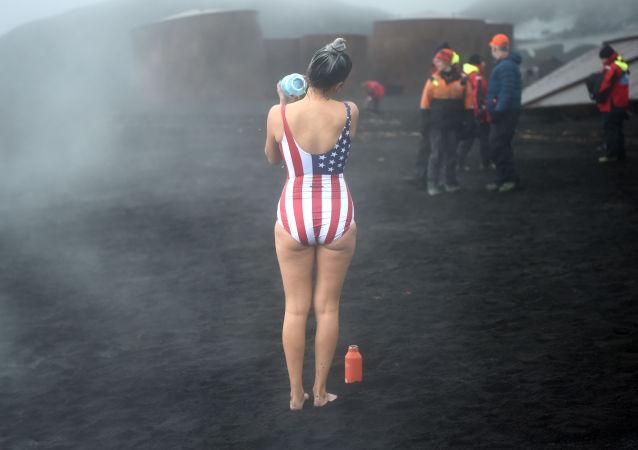 Turyści podczas kąpieli w gorących źródłach na wyspach Deception na Antarktydzie