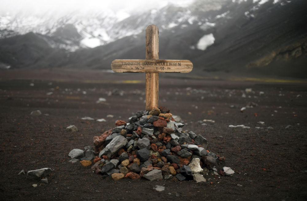 Pamiątkowy krzyż na miejscu cmentarza zniszczonego w 1969 przez wybuch wulkanu na wyspie Desepszen na Antarktydzie