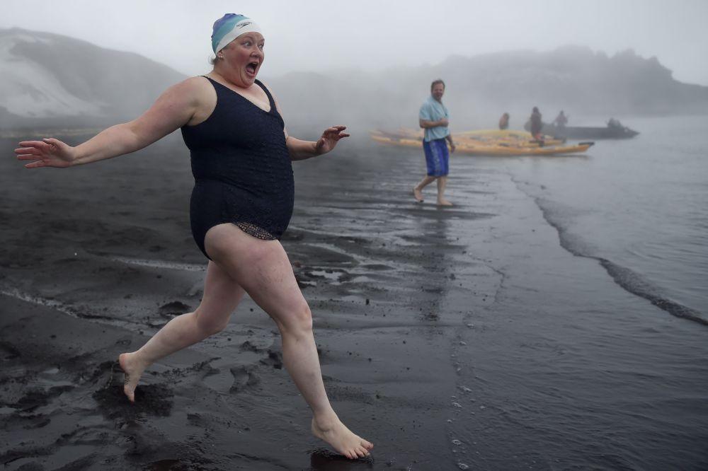 Turyści podczas kąpieli w gorących źródłach na wyspach Desepszen na Antarktydzie