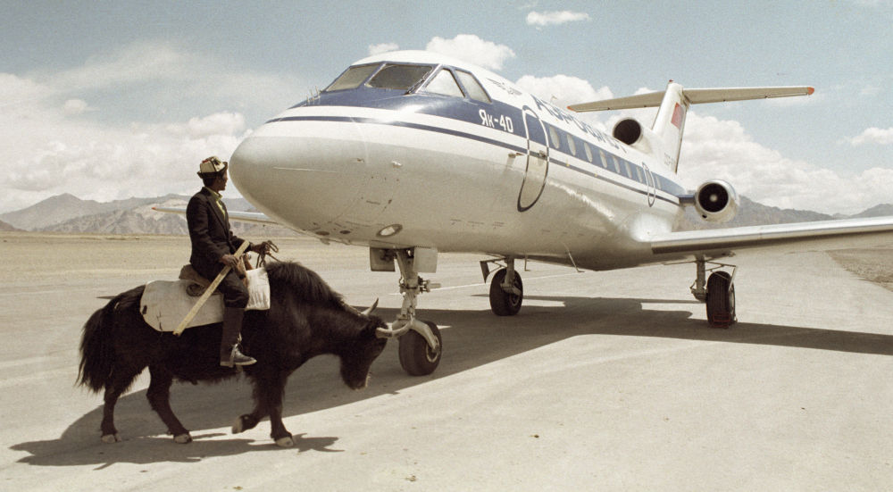 Mieszkaniec Tadżykistanu przy samolocie Jak-40