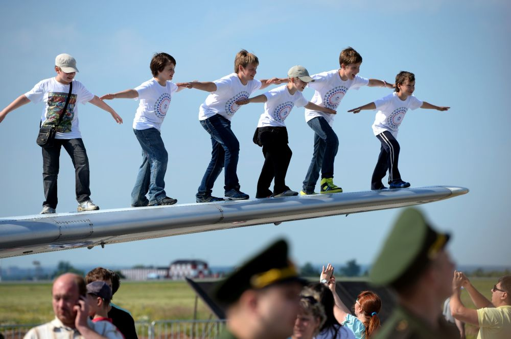 Dzieci na skrzydle samolotu Jak-40