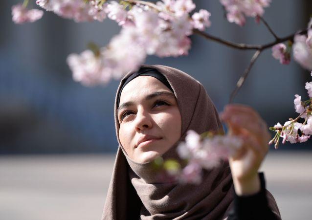 Dziewczyna podziwia kwiatów wiśni