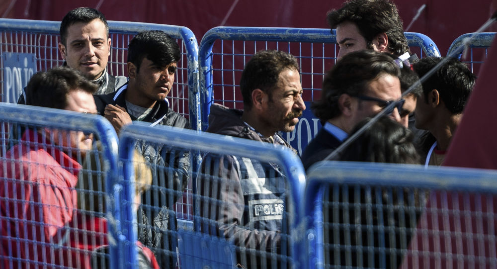 Bliskowschodni imigranci przed deportacją z Grecji do Turcji