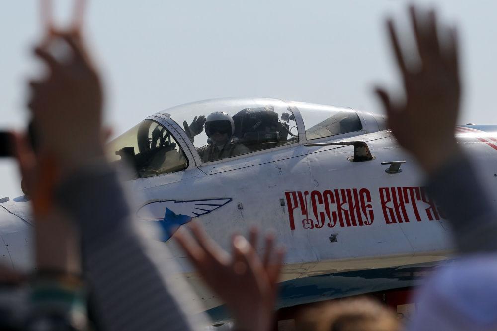 Pilot myśliwca Su-27 grupy akrobacyjnej Rosyjscy Rycerze