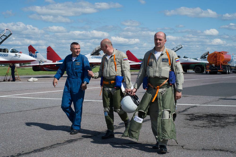 Piloci grup akrobacyjnych Jerzyki i Rosyjscy Rycerze po locie treningowym na lotnisku w miecie Puszkino