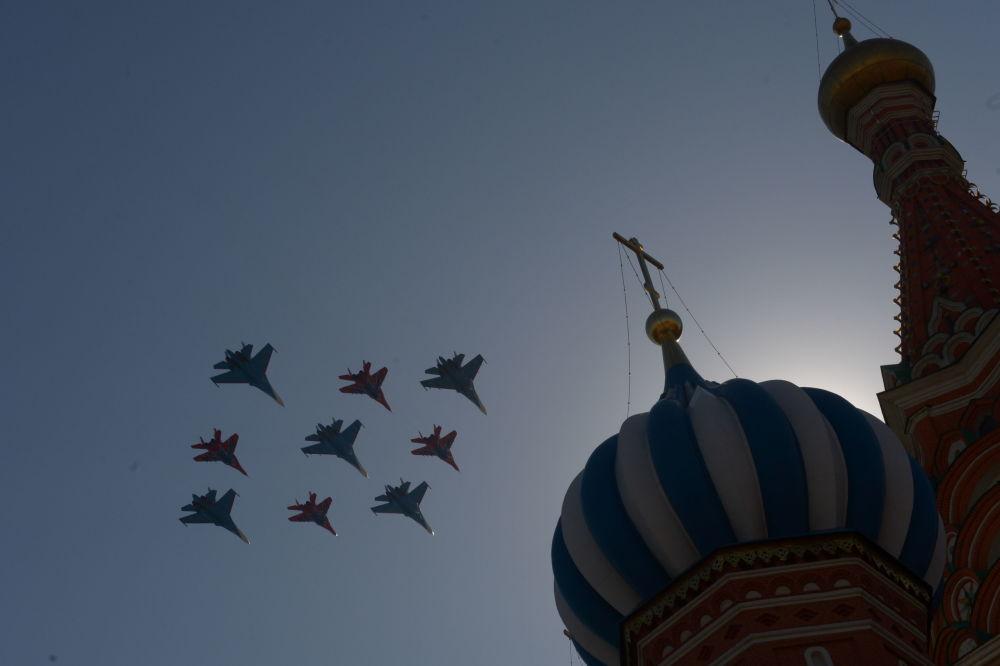 Mysliwce Su-27 grupy akrobacyjnej Rosyjscy Rycerze i MIG-29 grupy akrobacyjnej Jerzykipodczas próby generalnej defilady Zwycięstwa na placu Czerwonym