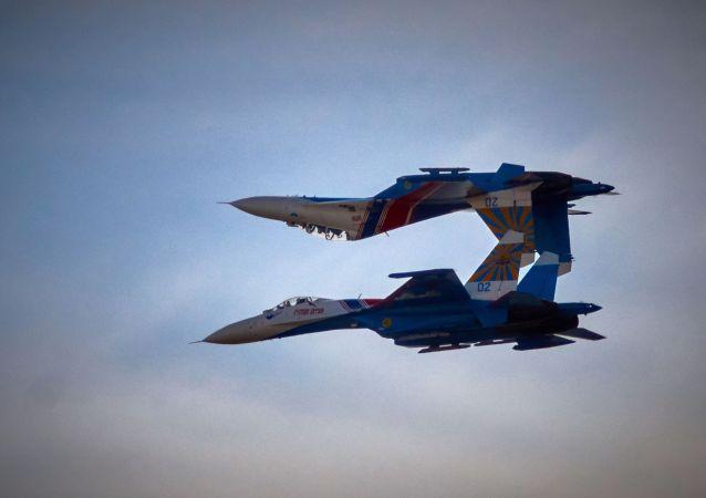 Grupa akrobacyjna Rosyjscy Rycerze na samolotach Su-27 w Petersburgu