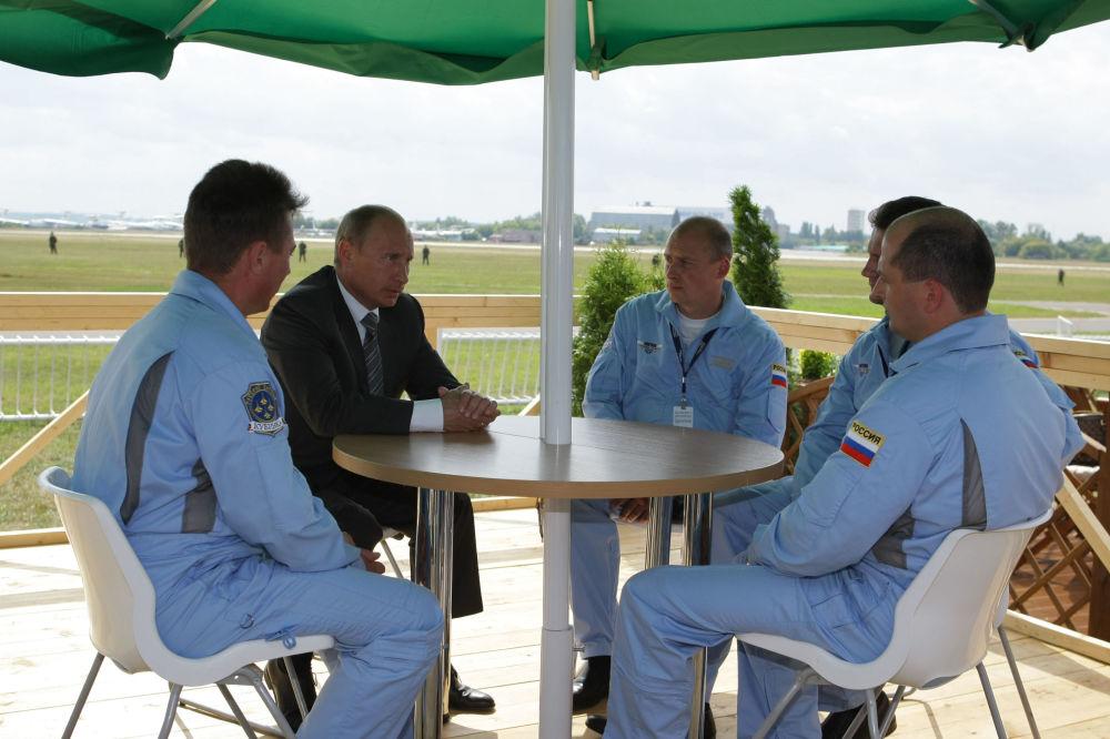 Premier Rosji Władimir Putin na spotkaniu z grupą akrobacyjną Rosyjscy Rycerze. 2009 rok.