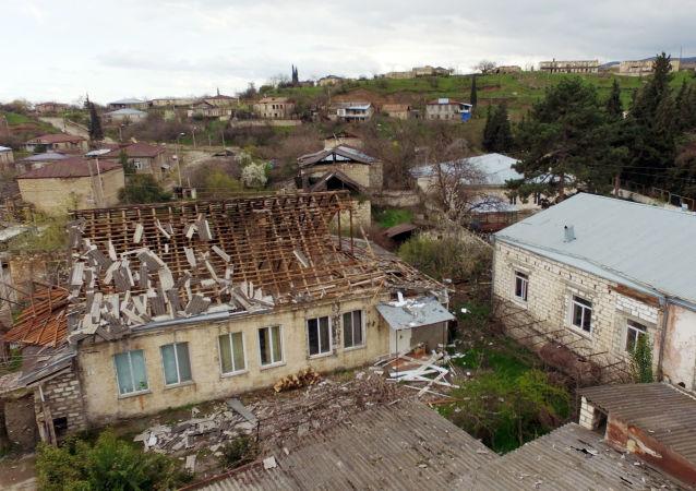 Zniszczony dom w jednej z wiosek w strefie konfliktu karabachskiego