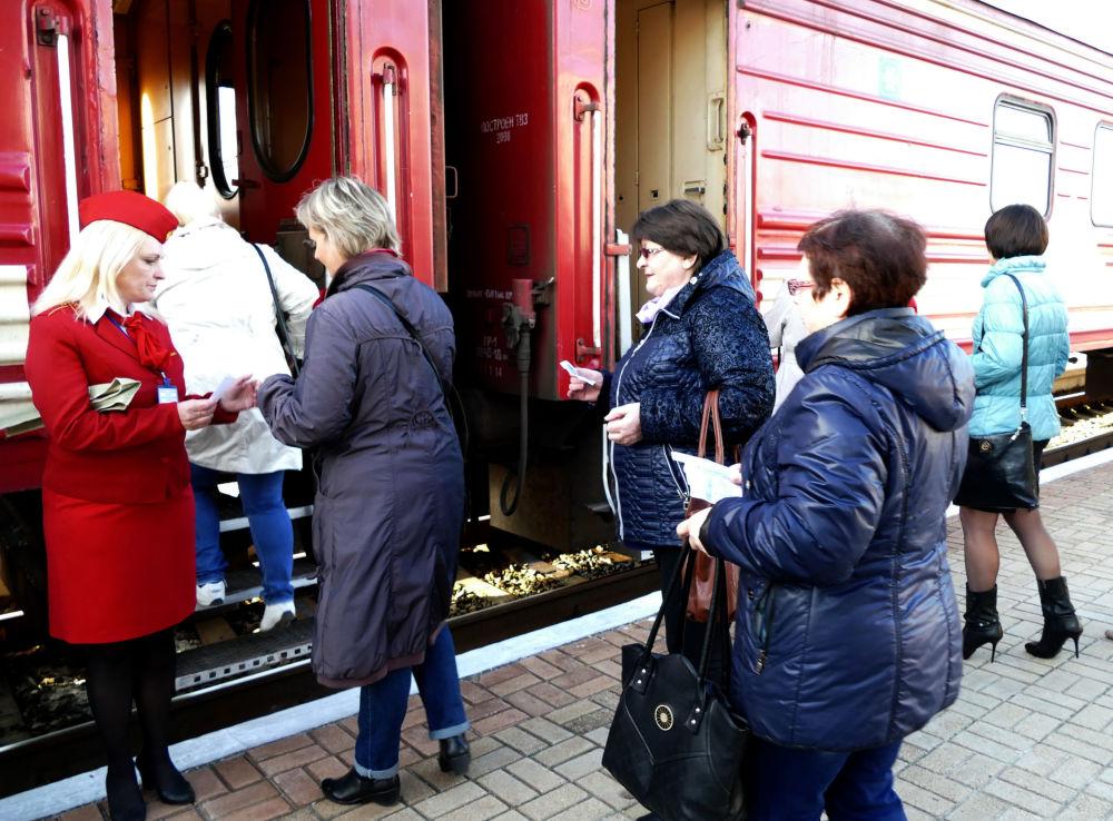 """Pasażerowie pociągu pasażerskiego na trasie """"Jasinowataja - Kwaszyno - Uspienskaja"""""""