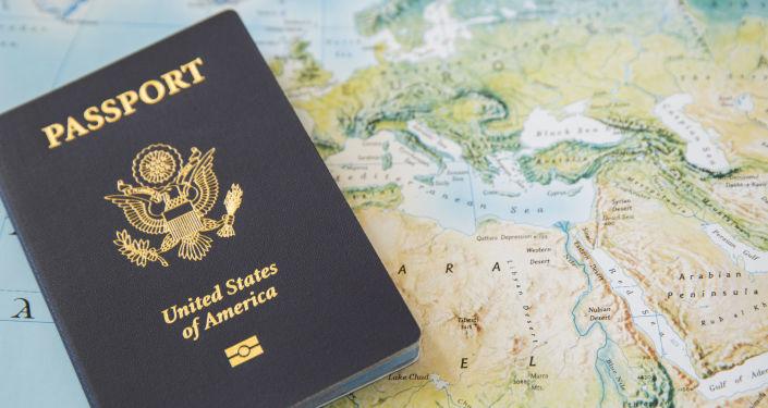 Amerykański paszportu na mapie geograficznej