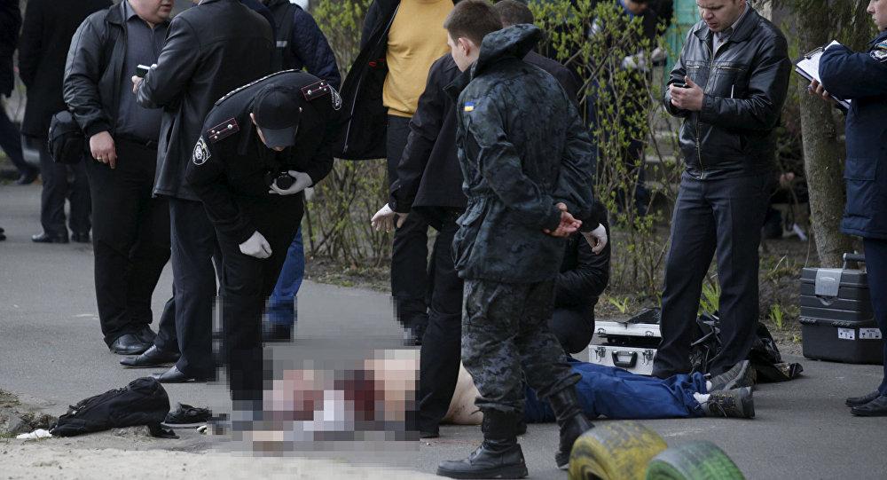Policja na miejscu zabójstwa ukraińskiego dziennikarza Ołesia Buziny