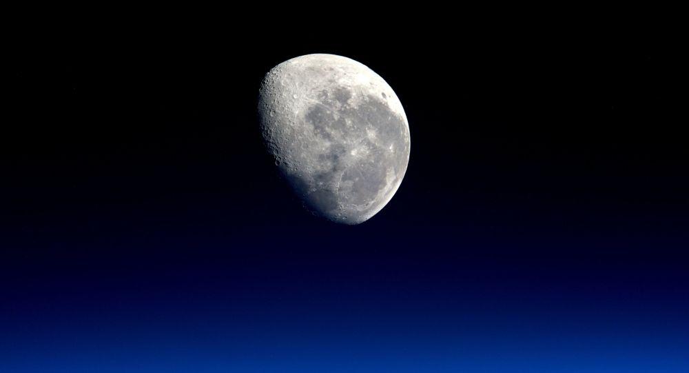 Zdjęcie księżyca wykonane przez astronautę Tim Peake'a