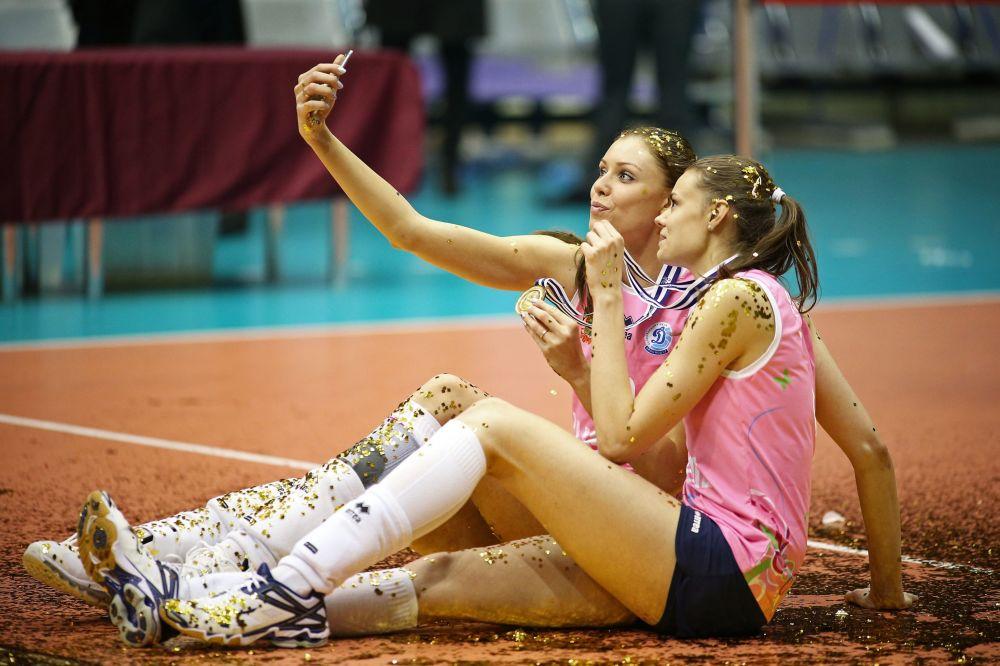 Anastasja Samojlenko i Jekateryna Jefimowa po zwycięstwie w finale zawodów w siatkówce w Turcji