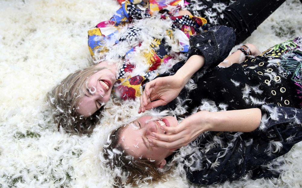 Dziewczyny uczestniczą w walce na poduszki w Londynie